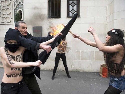 Amcadan FEMEN kızına tekme