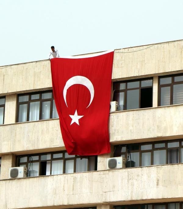 Diyarbakırda Atatürk için Türk bayrağı asıldı