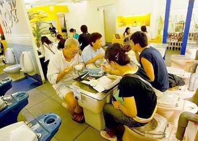 İlginç menüsü ile tuvalet restoran