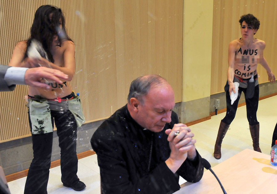 Başpiskoposa saldırdı