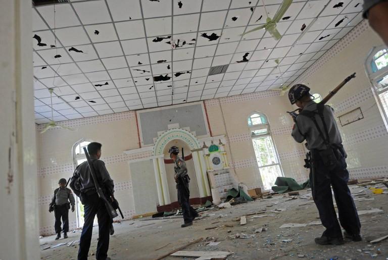 Camiyi ateşe verip Kuran yaktılar
