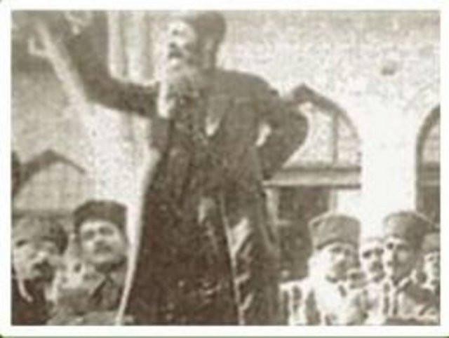 Mezar taşında Atatürkün kendisiyle ilgili övgüsü var