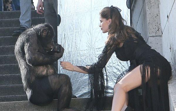 Şempanzeye poz verdi