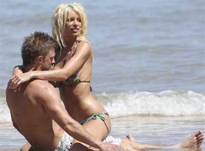 Emma Boughton sahilde fena dağıttı