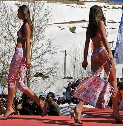 Lübnanda karları eriten defile