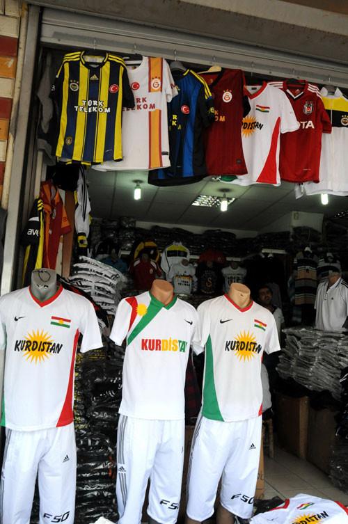 Diyarbakırda Kürdistan yazan tişörtler satışta
