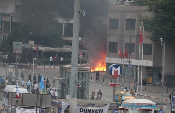 Taksim Meydanındaki bekleyiş sabah da devam etti