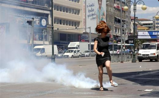 Gaz bombasından kaçış anı