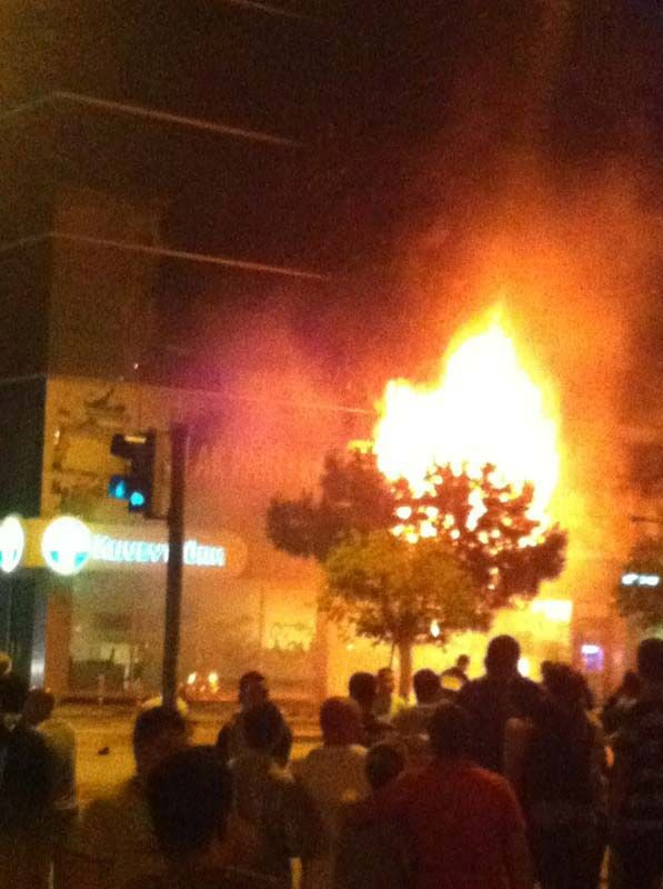 İzmirde AK Parti ilçe binası ateşe verildi