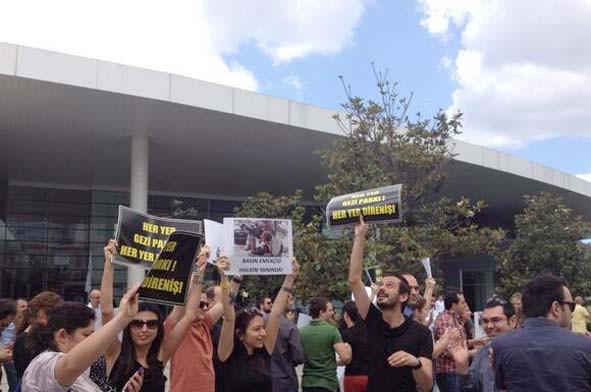 Yüzlerce kişi NTVyi protesto etti