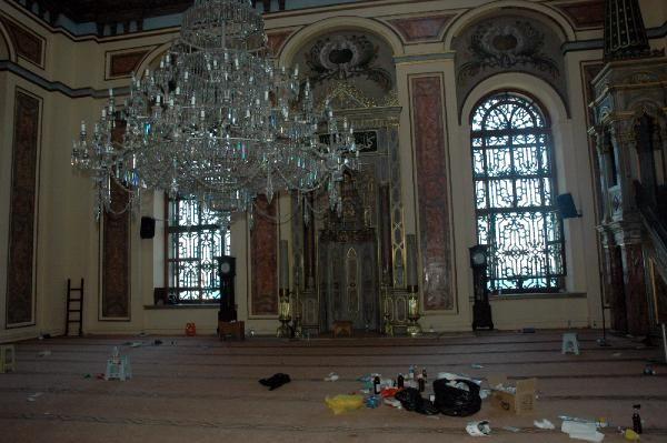 Eylemcilerin girdiği cami ibadete kapalı