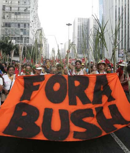 Güney Amerika Bush gösterileriyle çalkalandı