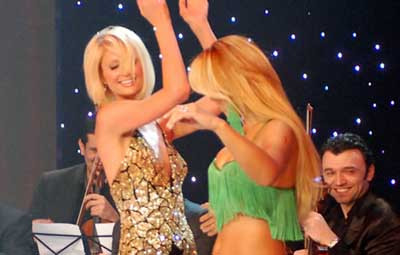 Paris Hiltondan göbek şov