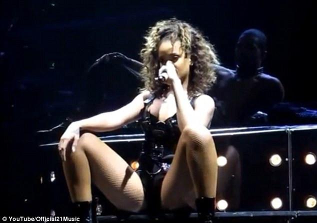 Rihannadan kucak dansı