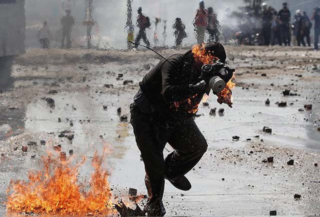Molotoflu eylemciler kendilerini yaktı!