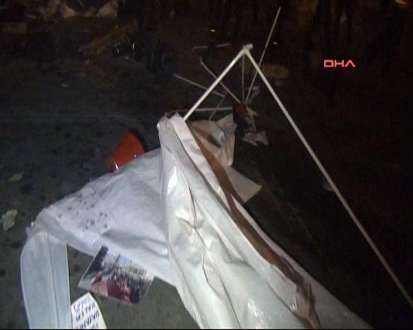 Polis, Gezi Parkı girişindeki çadırları yıktı