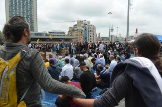 Taksimde çember içinde cuma namazı