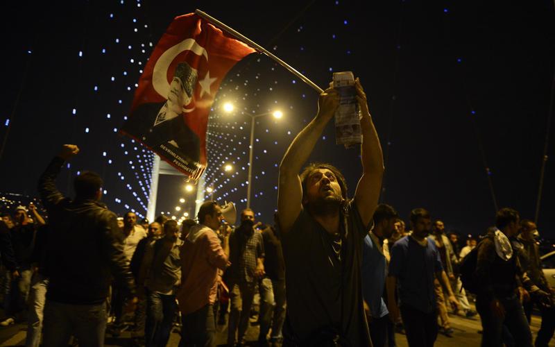 Köprüde Gezi yürüyüşü