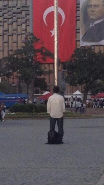Yeni fenomen Taksimdeki Duran Adam