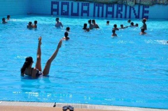 Tuğba Ekincinin havuzda