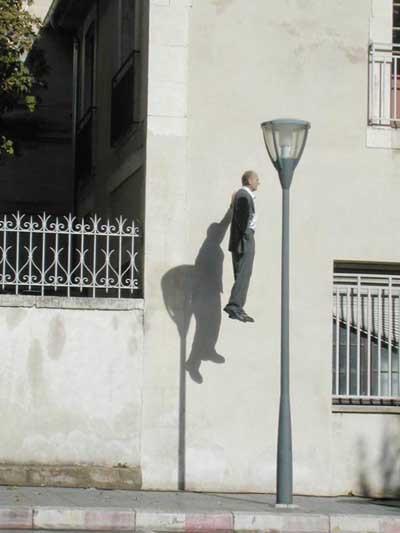 Havada asılı duran adamın sırrı çözüldü