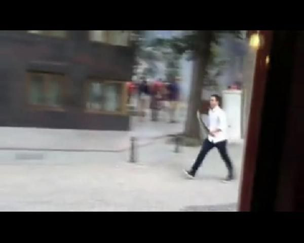 Taksimde ellerinde satırla adam kovaladılar !