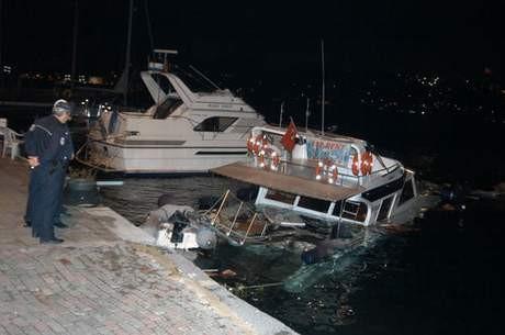 Dümeni kilitlenen gemi yatı batırdı !