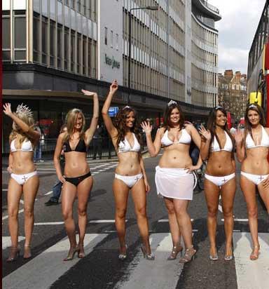 Trafiği durduran bikinili güzeller