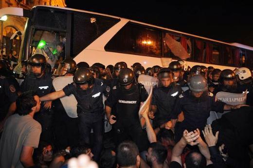 Bulgaristanda 20 bin kişi meclisi kuşattı