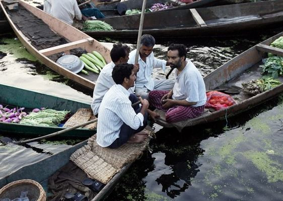 Bu pazar göl üzerinde kuruluyor