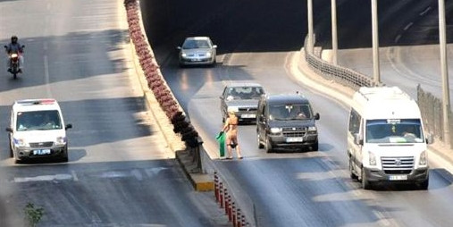 Yol ortasında soyunan kadın trafiği karıştırdı
