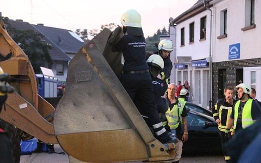 400 kiloluk adamı duvarı delip çıkardılar