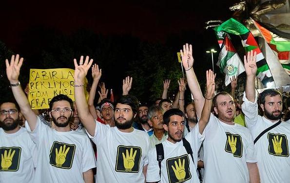 Meydanlardan sahalara her yerde Rabia işareti!