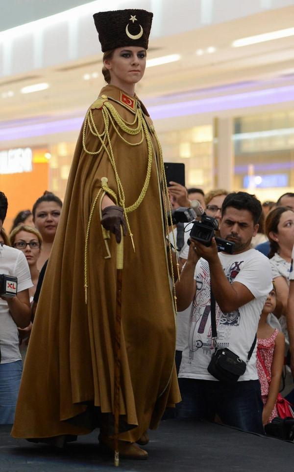 91. yıla özel Atatürk kıyafetleri defilesi