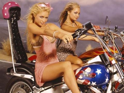 Paris Hilton motora da el attı!