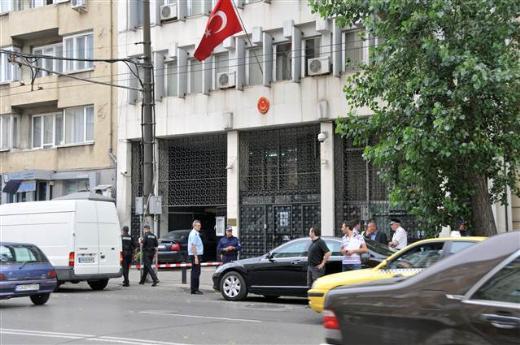 İntikam için Türk elçiliğine saldırdı