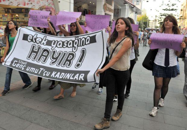 Kız ve erkek öğrencilerden ´etek´ protestosu