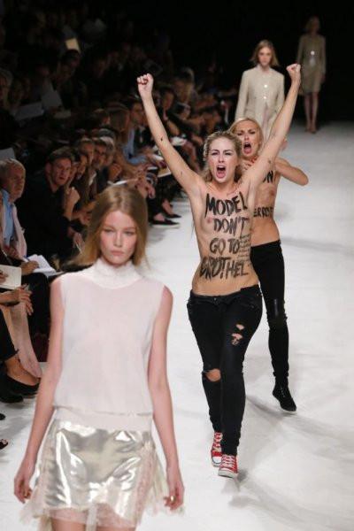 Femen bu kez defile bastı
