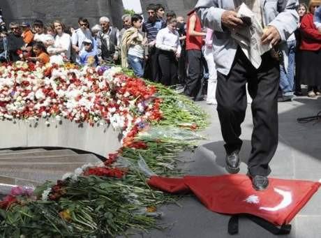 Türk Bayrağını çiğnediler !