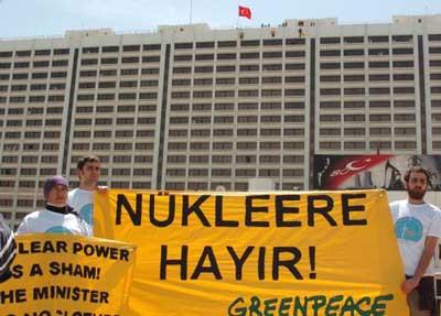 Greenpeace Bakanlık binasına tırmandı!