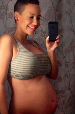 Hamileliğini takipçileriyle paylaştı