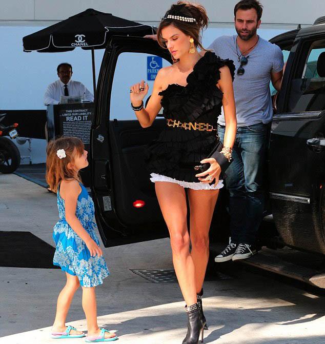 Victoria's Secret'ın güzel annesi Alessandra Ambrosio