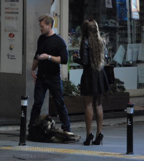 Sevgilisini sokak ortasında bırakıp gitti!
