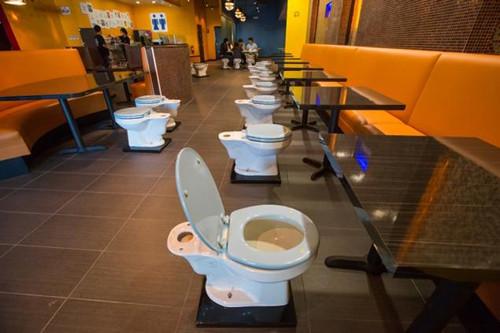 Yemeğinizi klozete oturup yer misiniz?