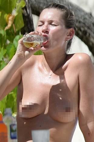 Kate Moss Sezonu Üstsüz Kapadı!