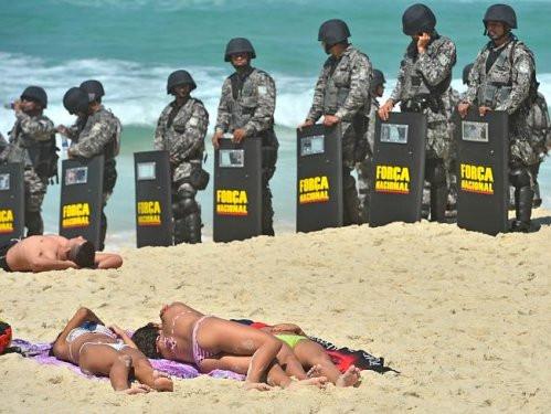 Brezilyada eylemler plajda ilginç görüntüler ortaya çıkardı
