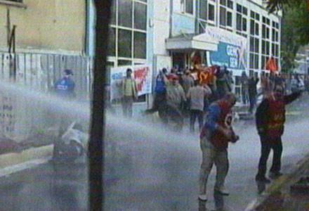 Polisten işçilere sendika kapısında müdahale