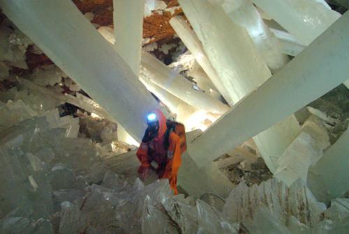 Çölün 300 metre altında kristal saray