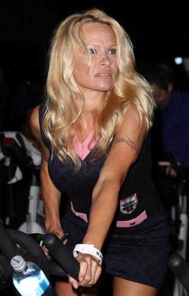 Pamela Andersonın yeni tarzı şaşırttı...