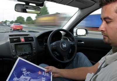 Sürücüsüz giden araba yollarda !